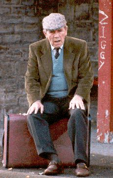 Episode The Man Who Nearly Knew Pavoratti - Billy Ingleton (Norman Wisdom) trying to leave town, to get out of playing the piano at his concert. English Comedy, British Comedy, British History, Classic Tv, Classic Films, Last Of Summer Wine, Norman Wisdom, Historical Pictures, Best Tv Shows