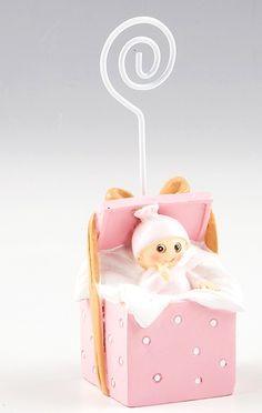 Detalles para bautizo. Clip portafotos o portanotas niña dentro de cajita de regalo. Se entrega con tarjeta personalizada, nombre y fecha del evento. Medidas: 11 cm