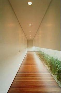 Casa Pau Ferro: Isay Weinfeld. Corredor Íntimo, Abertura para Iluminação Natural e Jardim Interno