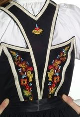 Bilderesultat for bringeklut bunad telemark Folk Costume, Costumes, Norwegian Clothing, Bridal Crown, Looking For Someone, Traditional Dresses, Fancy Dress, Norway, Machine Embroidery