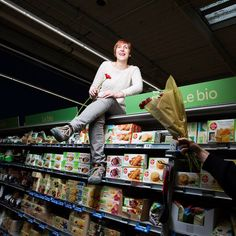 """Véronique, Epicière chez Carrefour Etampes : """"Cette journée est l'occasion de montrer que la discrimination au travail doit cesser"""" - Journée des Droits de la Femme"""