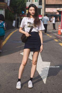 Mặc đẹp đơn giản: mix áo phông và chân váy thành street style đẹp mê ly của giới trẻ Hàn - Ảnh 1.