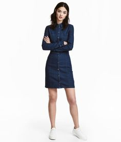 Dark denim blue. Short, fitted dress in stretch denim with a collar, chest pockets and metal press-studs down the front. Long sleeves with press-studs at