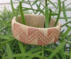 Lauhala Bracelet Card Weaving, Weaving Art, Basket Weaving, Weaving Designs, Weaving Patterns, Hawaiian Crafts, Hawaiian Art, Paper Jewelry, Jewelry Crafts