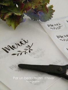 Etiquette autocollante blanche (voir format disponible) imprim�e du mot Merci et d'une branche de feuilles.Diam. : 3,5 x 3,5 env. (version ronde)            3,5 x 2,7 env. (version rectangle arrondi)Vendu par 12 �tiquettes pr�sent�es dans une pochette blanche imprim�e.A coller sur vos paquets, enveloppes, � offrir ou � s'offrir.* Made in Normandie *