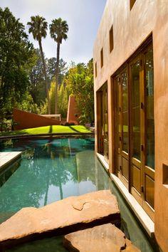 Moderna casa en California con acogedor exterior de estuco