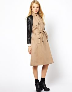Black arm - A modern twist to the classic camel trenchcoat