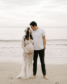 Beautiful Beach Maternity Pictures by Hawaii Maternity Photographer Desiree Leilani Maternity Photography Poses, Maternity Poses, Maternity Portraits, Maternity Photographer, Time Photography, Photography Studios, Sibling Poses, School Photography, Photography Classes