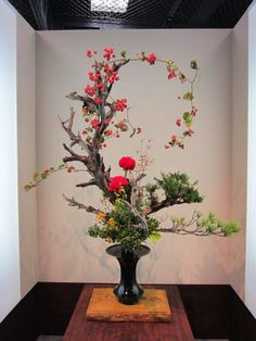 Ikebana Arrangements Ikebana, Creative Flower Arrangements, Ikebana Flower Arrangement, Beautiful Flower Arrangements, Floral Arrangements, Deco Floral, Arte Floral, Flower Show, Flower Art