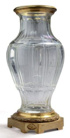 Cut crystal vase decorated with beading on the body, or stylized grooves. Mount ormolu decorated with laurel leaves tori. Signed: Robert Linzeler Late nineteenth century H: 29 - D: cm Decoration, Art Decor, Vase Cristal, Laurel Leaves, Crystal Vase, Vases, Beautiful Things, Glass Art, Beading