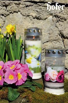 Der Frühling ist da! Die Blumen fangen an zu blühen und die Schmetterlinge sausen wieder durch die Luft. Auch die Gräber unserer geliebten Verstorbenen können wieder etwas bunter gestaltet werden. Outdoor, Retail, Candles, Flowers, Dekoration, Outdoors, Outdoor Games, The Great Outdoors