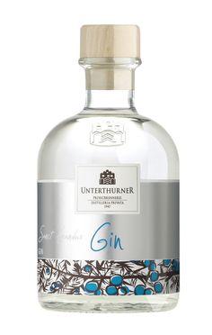 Die Nachfrage von Kunden brachte Stephan Unterthurner dazu, sich in den weit gefächerten Gin-Markt zu wagen. Seit Generationen stellt die Brennerei aus lokalen Wacholderbeeren schon reine Wacholderbrände her. Der Schritt zum Unterthurner Gin war dann nicht mehr weit. Besonders ist hier die bewusste Entscheidung, die Zubereitung als Blend auszuführen und nicht zu versuchen, den nächsten London ...