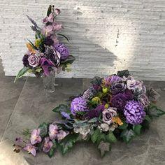 Znalezione obrazy dla zapytania kompozycja nagrobna Church Flower Arrangements, Floral Arrangements, Sympathy Flowers, Funeral Flowers, Arte Floral, Casket, Ikebana, Cemetery, Diy And Crafts