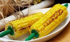 Вот мини-рецепт. Перед тем, как варить початки, разломайте их пополам. Это важно. Бросьте половинки початков в кастрюлю и залейте их водой. Когда вода закипит, добавьте в кастрюлю одну чашку молока и 1 толстый кусочек масла. Дайте кукурузе возможность покипеть еще 8 минут. И все готово! Готовые початки посыпьте солью. В результате кукуруза получает богатый маслянистый привкус. Все — из-за «ванной» с молоком и сливочным маслом.   Источник…