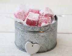 BRINGEBÆRMARSHMALLOWS   TRINES MATBLOGG Marshmallow Fudge, Food Hacks, Food Tips, Marshmallows, Food And Drink, Sweets, Sugar, Candy, Desserts