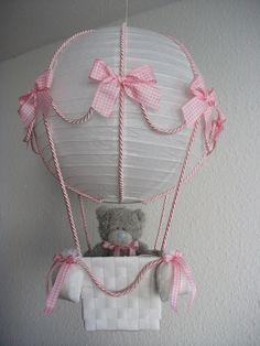 Handgefertigter Lampenschirm, den man statt Lampe auch als Deko verwenden kann. Er besteht aus einer weissen Reispapierlampe, Kordeln, einem Körbchen und Schleifen am Ballon und an den vier...