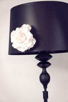 elegancka, czarna lampa stojąca