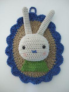 Couture Fine Iodée - Family Portraits from Agathe Rose Crochet Brooch, Crochet Diy, Crochet Motifs, Crochet Bebe, Crochet World, Crochet Bunny, Crochet For Kids, Crochet Animals, Crochet Patterns