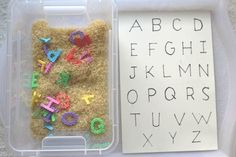 Activité: un bac sensoriel sur le thème de l'alphabet. – Maman Nougatine Activity: a sensory tray on the theme of the alphabet Montessori Activities, Learning Activities, Preschool Activities, Maria Montessori, Sons Initiaux, Autism Education, Busy Boxes, Gross Motor Skills, Kindergarten Literacy