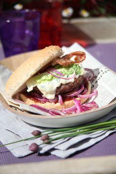 Hamburger Sauce burger à la fourme d'Ambert, lard croustillant, oignons rouges, salade croquante French Blue Cheese, Pain Garni, Lard, Steamed Buns, Snack Recipes, Snacks, Bbq Party, How To Make Cheese, Wrap Sandwiches