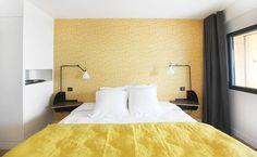 A l'Hôtel Dormir sur la plage de Marennes, le papier peint Little Trees de MissPrint en jaune donne un côté très pop et lumineux à la chambre. Papier peint en vente chez Au fil des Couleurs.