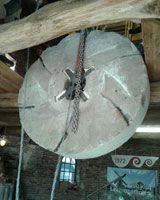 De pelsteen van de Leemansmolen Vriezenveen wordt terug geplaatst.