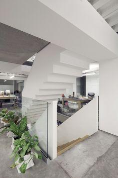 La plástica de la escalera es la resultante de un desfase entre positivo y negativo vestibula los distintos espacios y encuadra vistas de acuerdo al programa.