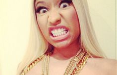 Nicki Minaj coloca adesivo de estrela nos seios e mostra no Instagram