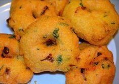 Urad vada (medhu vada) is a popular south indian breakfast recipe served along side with idli and sambar Medu Vada Recipe, Dhokla Recipe, Sabzi Recipe, Masala Recipe, Indian Snacks, Indian Food Recipes, Vegetarian Recipes, Cooking Recipes, Kerala Recipes