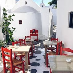 Mykonos, Greece ...Take a seat in the lovely alleys of Mykonos Town and enjoy the Greek food with a refreshing drink - what more could you ask for? ❤️  Credit to @tiramisumaria   #ellada#ilovegreece