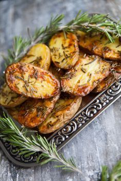 Rosmarinkartoffeln aus dem Ofen - meine Liebe, meine SuchtOven rosemary potatoes for 2 servings 8 medium-sized potatoes 4 sprigs of rosemary 4 tablespoons olive oil 2 tablespoons sea salt Wash the potatoes and cut in half lengthways. Grilling Recipes, Veggie Recipes, Dinner Recipes, Cooking Recipes, Healthy Recipes, Rosemary Potatoes, Oven Potatoes, Soul Food, Food Inspiration