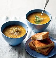 Leek-and-onion soup with grilled cheese sandwiches My Recipes, Soup Recipes, Cooking Recipes, I Love Food, Good Food, Veggie Soup, Vegetable Soups, Vegan Soups, Onion Soup