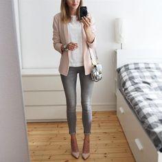 Pale pink blazer with light grey skinny jeans Outfit Jeans, Grey Skinny Jeans Outfit, Pink Blazer Outfits, Outfits Leggins, Jeans Outfit For Work, Jeans Outfit Winter, Blazer Outfits For Women, Outfits Damen, Grey Pants