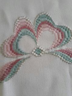 Risultati immagini per rose au bargello avec bordure ouvrageé Broderie Bargello, Bargello Needlepoint, Needlepoint Stitches, Hand Embroidery Stitches, Ribbon Embroidery, Embroidery Patterns, Needlework, Seed Bead Patterns, Beading Patterns