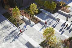 #bancs #végétation #pavé #passants #people watching UCONN Academic Buildings | Storrs | United States | Landscape 2013 | WAN Awards