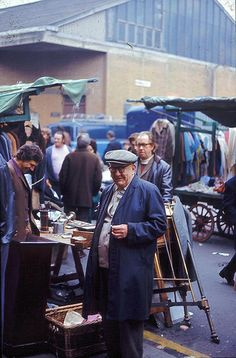 Cheshire Street Sunday Market, October 1973 (adjoining Brick Lane between Bethnal Green & Shoreditch) Vintage London, Old London, London Market, East End London, Walks In London, World Street, Bethnal Green, Brick Lane, London Life