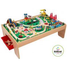 Mooie speeltafel met watervallen, bergen en een treinspoor uit de Kidkraft collectie. Kinderen vermaken zich prima met deze tafel.De tafel is aan de bovenkant voorzien van een landschap, en heeft drie rode plastic bakken die onder de tafel geschoven kunnen worden voor extra bergruimte.Met de 120 onderdelen kan een compleet treinnetwerk aangelegd worden, wat gegarandeerd zorgt voor uren speelplezier.