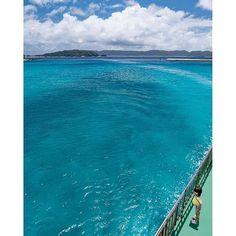【comiyanosuke】さんのInstagramをピンしています。 《座間味島へ向かうフェリー。那覇10時に出発し阿嘉島を経由して約2時間で座間味に到着。高速船だとわずか1時間で付きますが、フェリーならのんびり慶良間の海と島々を眺めることができます。しかも半額。 慶良間の海は驚くほど綺麗でした  #座間味島 #座間味 #古座間味ビーチ #okinawa #沖縄フォト祭り #沖縄 #離島 #南国  #islands #instatravel #travelgram #楽園  #青空 #空 #clouds #ビーチ #beach #海 #雲 #写真好きな人と繋がりたい #sea  #風景 #絶景 #旅 #一人旅 #tokyocameraclub  #ptk_japan #船旅 #igで繋がる空 #ダレカニミセタイソラ》