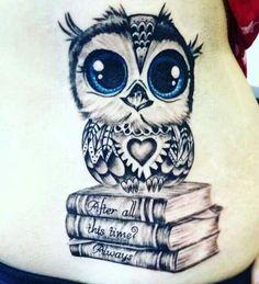 das ist eine idee für einen mini tattoo owl   kleine süße eule mit blauen augen und drei büchern