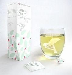 Crée par Nathalia Ponomareva, ces sachets de thé s'inspirent des principes de l'origami. L'oiseau prend forme au fur et à mesure que le thé s'infuse. Cette idée invite au voyage et ajoute une touche de poésie au thé. Le design mélangé à la simplicité du packaging marque le consommateur puisqu'ils renforcent l'apaisement et la détente du moment de dégustation du produit.