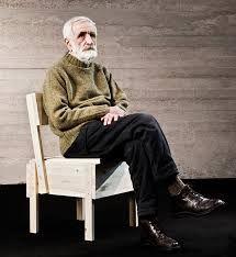 Enzo Mari Enzo Mari est un artiste, écrivain, designer et graphiste italien actif depuis les années 50. Ses principes vont à l'encontre de la société de consommation. Il cherche essentiellement à créer des produits industriels résistants, tout en restant à l'écoute des traditions artisanales. Touche-à-tout, il a travaillé à partir de nombreux matériaux tels que l'albâtre, le bois, la céramique, la fonte de fer, le marbre, le plastique, le polyuréthane, le textile ou le verre de Murano.