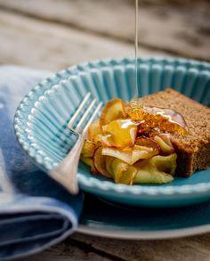 Tradicional na mesa de celebração do Rosh Hashanah, o ano novo judaico, o bolo de mel é rico em sabor e símbolo de bondade e doçura para o ano que se inicia. Mas não é preciso ter data para fazer esse bolo, afinal, bolo bom é bom o ano inteiro!!! Shaná Tová!