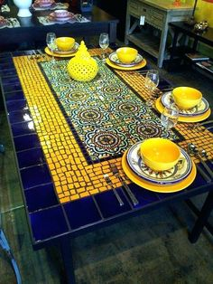 bastelideen mosaikbilder mosaike kreative ideen use quito antique floor tiles and/or old fish crockery to decorate old wooden table Mosaic Tile Table, Tile Tables, Mosaic Vase, Mosaic Table Tops, Mosaic Outdoor Table, Patio Tables, Outdoor Tables, Mosaic Furniture, Furniture Layout