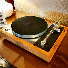 One of my favourite 45 years history turntable Linn Sondek ! Love the classic Oak finishing and those Ekos SE titanium tonearms look fantastic! High End Turntables, Turntable Cartridge, Hifi Audio, 45 Years, Audiophile, Speakers, Vinyl Records, Decks, Indoor