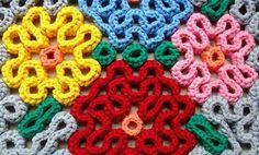 Il punto labiritno o punto wiggly forma questi disegni con uncinetto XXL, ideali per creare tappeti in fettuccia originali. Per realizzarli occorre una base per tappeti o una rete su cui attaccare le strisce cucite con un punto alto, che si collocano ...
