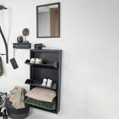 Klik op de foto voor meer informatie over deze stijlvolle schoenenkast. Ladder Bookcase, Shoe Rack, Floating Shelves, Furniture, Designs, Home Decor, Products, Dresser, Black