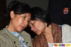 Keluarga korban yang cemas saat menunggu kabar pesawat Sukhoi yang jatuh di Gunung Salak, Jawa Barat.