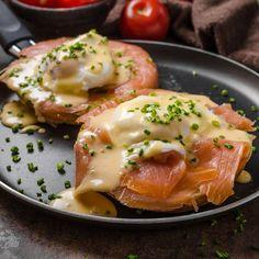 Oeuf bénédictine au saumon fumé sur croissant toasté