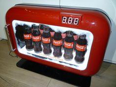 Coca-Cola Vitrine-display - eind 20e eeuw  Koelkast Display van Coca Cola Geplaatst op metalen voetplaat (ook geschikt voor wandmontage zonder voet)Het front kan open-gescharnierd worden en is met een sleuteltje afsluitbaar Voorzien van dimbare LED-verlichting in de kast  cijfer display. (de cijferweergave niet altijd compleet zie foto!) Wordt geleverd met stekkertrafo. Let op: koelt niet is puur gemaakt als reclamedisplay met verlichting.Materialen:Gemaakt van diverse kunststoffen  metalen…