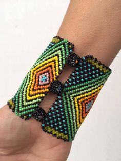 Pulsera Huichol Seed Bead Bracelets, Seed Bead Jewelry, Seed Beads, Beaded Jewelry Designs, Jewelry Patterns, Bead Weaving, Beaded Necklace, Bangles, Westerns